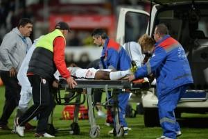Jucatorul camerunez al echipei FC Dinamo, Patrick Ekeng, 26 de ani, s-a prabusit pe teren in minutul 71 al meciului Dinamo-Viitorul, din etapa a X-a a play-off-ul Ligii 1, disputat pe stadionul Stefan cel Mare din Bucuresti , vineri, 6 mai 2016. Ekeng a cazut la mijlocul terenului, fara sa fie atins de nimeni. Camerunezul a fost transportat de urgenta la Spitalul Floreasca. ALEXANDRU DOBRE / MEDIAFAX FOTO