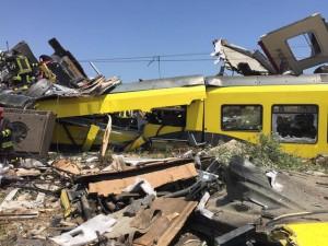 In una immagine pubblicata su Facebook dal sindaco di Corato, Massimo Mazzilli, lo scontro tra due treni di linea della Bari Nord avvenuto sul tratto a binario unico tra Ruvo di Puglia e Corato, 12 luglio 2016. ANSA/FACEBOOK MASSIMO MAZZILLI +++ ATTENZIONE LA FOTO NON PUO' ESSERE PUBBLICATA O RIPRODOTTA SENZA L'AUTORIZZAZIONE DELLA FONTE DI ORIGINE CUI SI RINVIA +++